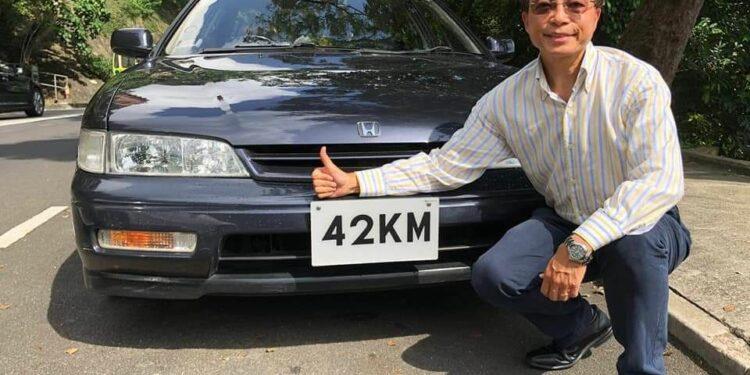 """筆者張樹槐與掛着""""42KM""""的1994年Accord。"""