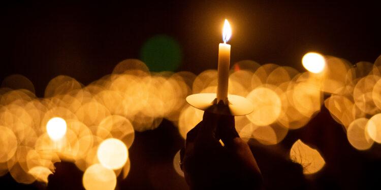 不少港人由1990年開始,年復一年在6月4日晚上,到維園出席由支聯會舉辦的晚會,點起手中燭光,默哀悼念亡魂。(Shutterstock)