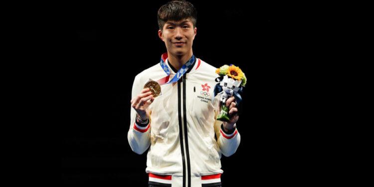 張家朗為香港獲得男子花劍個人賽金牌。(亞新社)