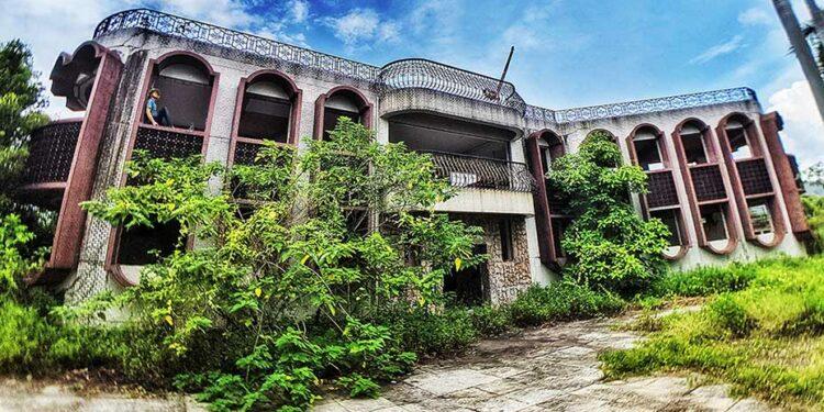 探索廢棄不拘一格的別墅 Exploring Abandoned Eclectic Villa