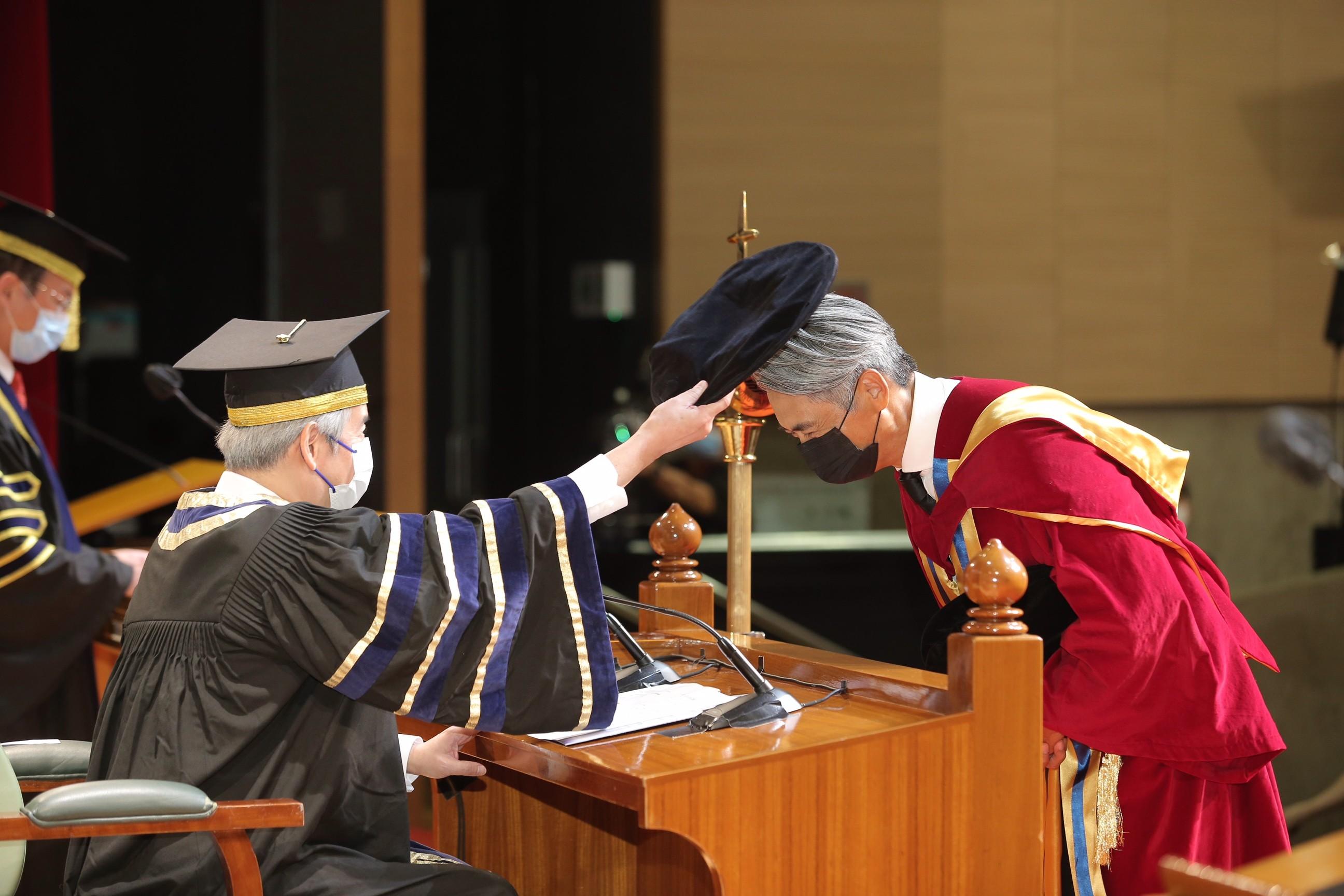 周潤發博士(右)獲浸大校董會暨諮議會主席陳鎮仁博士浸大頒授榮譽人文博士學位。