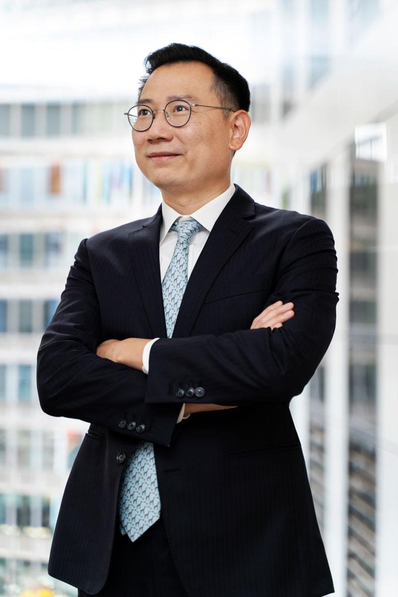 陳偉豪於香港中文大學取得會計學學位,之後於安永展開事業,在創辦智富融資有限公司前,他曾於建銀國際金融有限公司從事投資銀行工作。