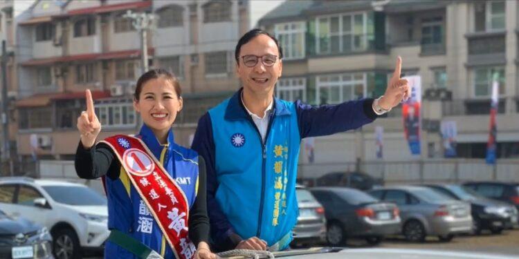 朱立倫(右)在2015至2016年曾任國民黨主席,在立法委員選戰中也為黨友拉票。(YouTube視頻截圖)