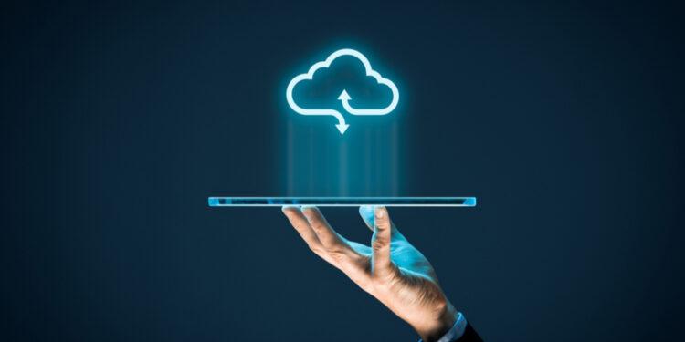 新冠肺炎疫情下,企業更講求科技,員工work from home成常態,都加速對雲需求及其安全度關注。(Shutterstock)