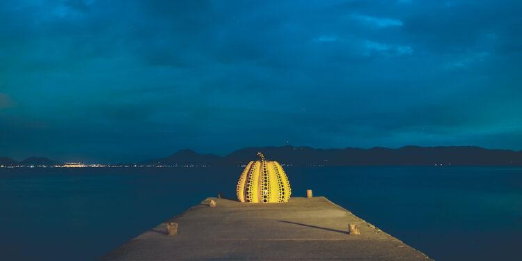 草間彌生著名的巨型南瓜雕塑作品已成為直島的地標,大受遊客歡迎,是熱門「打卡點」。(Shutterstock)