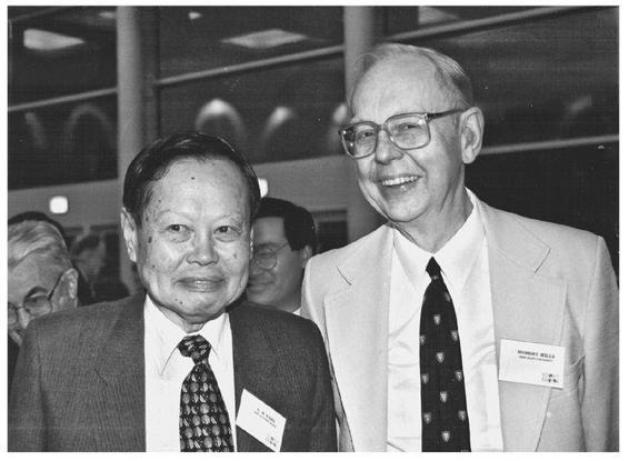 楊振寧教授(左)1999年與摯友米爾斯教授合照,不料同年米爾斯教授便病逝了。(網絡圖片)