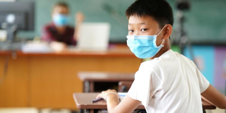 不是說教育學童是一個也不能少嗎?兩萬名居深圳學生又如何?(Shutterstock)